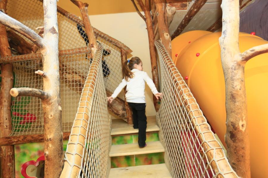 Sala Giochi Per Bambini : Bambini che giocano al coperto sala giochi per bambini u foto