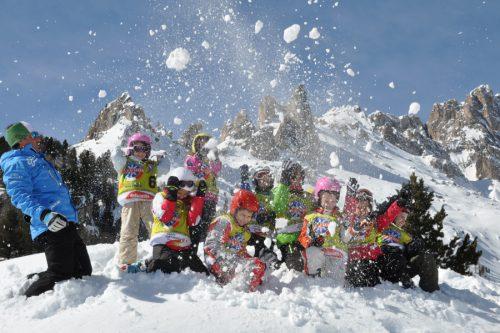 Bambini Giocano sulla Neve in Val di Fassa