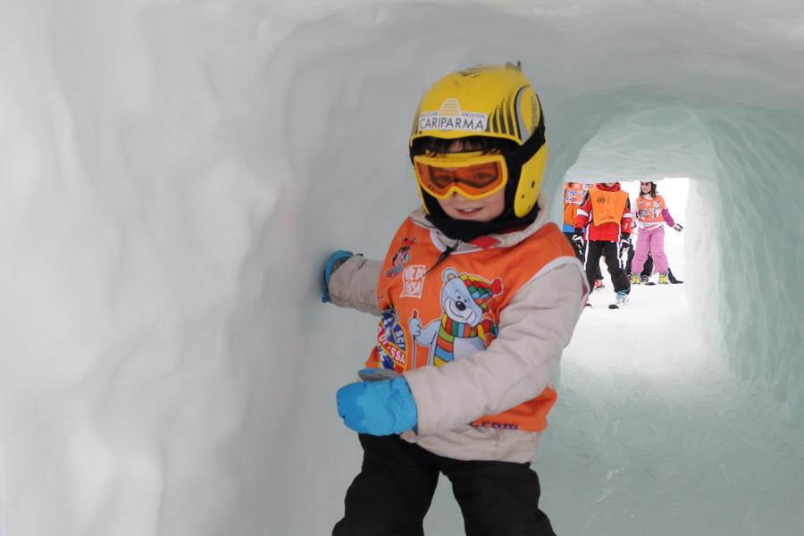 Bambini che imparano a sciare