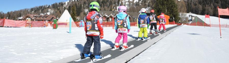 Bambini alla scuola di sci in Trentino